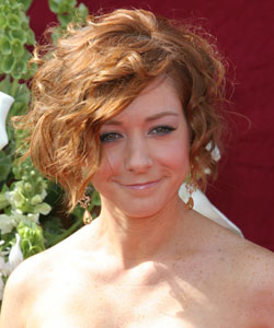 alyson hannigan with wavy bob hair style