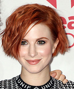 Hayley Williams With Short Wavy Hairstyle In Cheek Length Bob Haircut Music Festival Las
