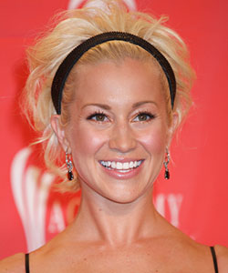 Kellie Pickler worn her hair with simple black headband during  43rd Academy Of Country Music Awards