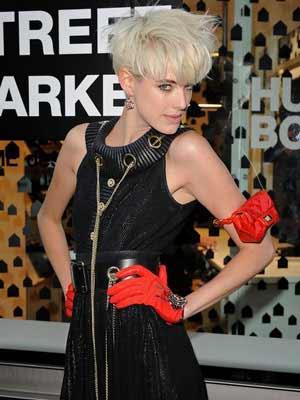 Short platinum blonde messy style