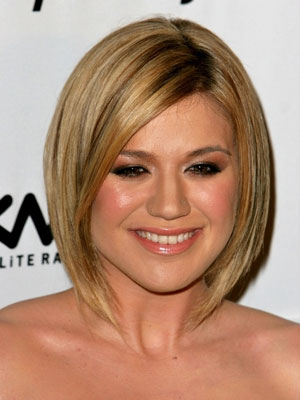 kelly clarkson bob hairstyle blond golden highlight
