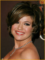 kelly clarkson with short wavy hair